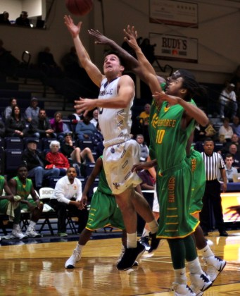 Evan Kraatz slips past two defenders and finishes with a contested layup (Photo: Christian Cortes).