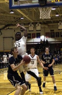 Kwenton Scott defends the basket (Photo: Christian cortes).