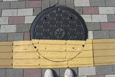 The yellow texture is navigation for blind people. Some of the manhole covers, already carefully designed, have been individually customized to fit them!