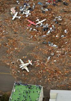 japan-tsunami-earthquake-hits-northeast-airplanes_33137_600x450