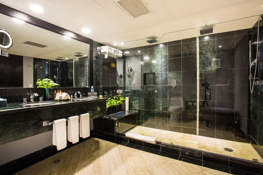 Preferred-Club-Junior-Suite-Ocean-Front-bathroom