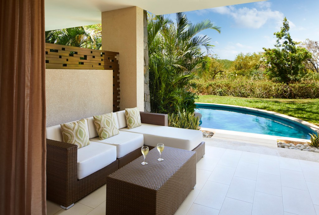 Preferred_Club_Junior_Suite_Swim_Out_Tropical_View_terrace