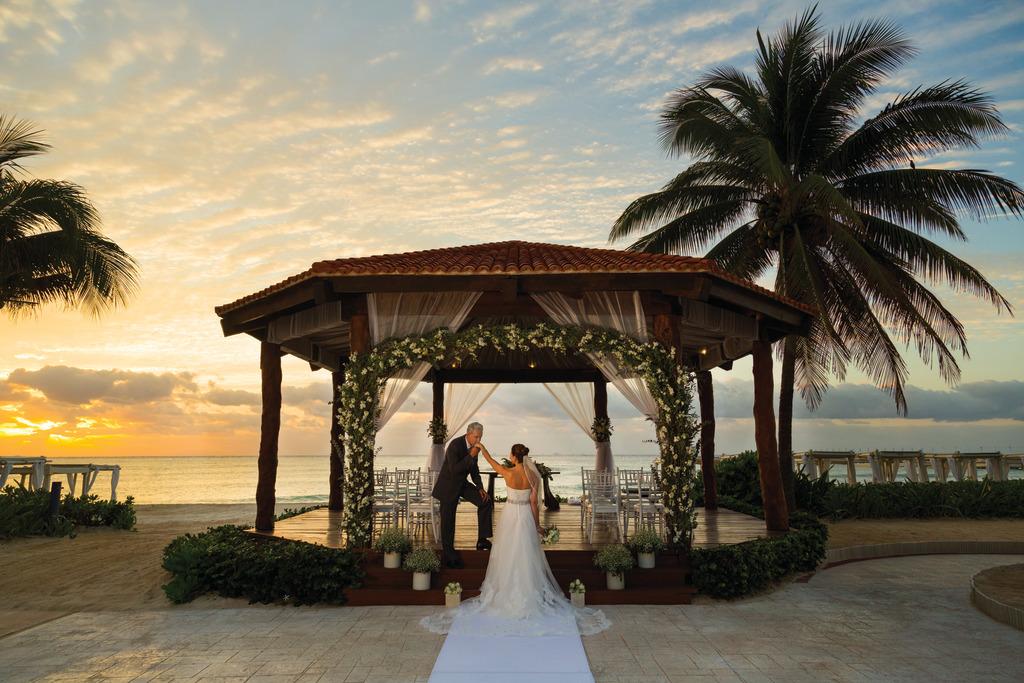 Hilton-Playa-del-Carmen-Wedding-Gazebo-Couple 6