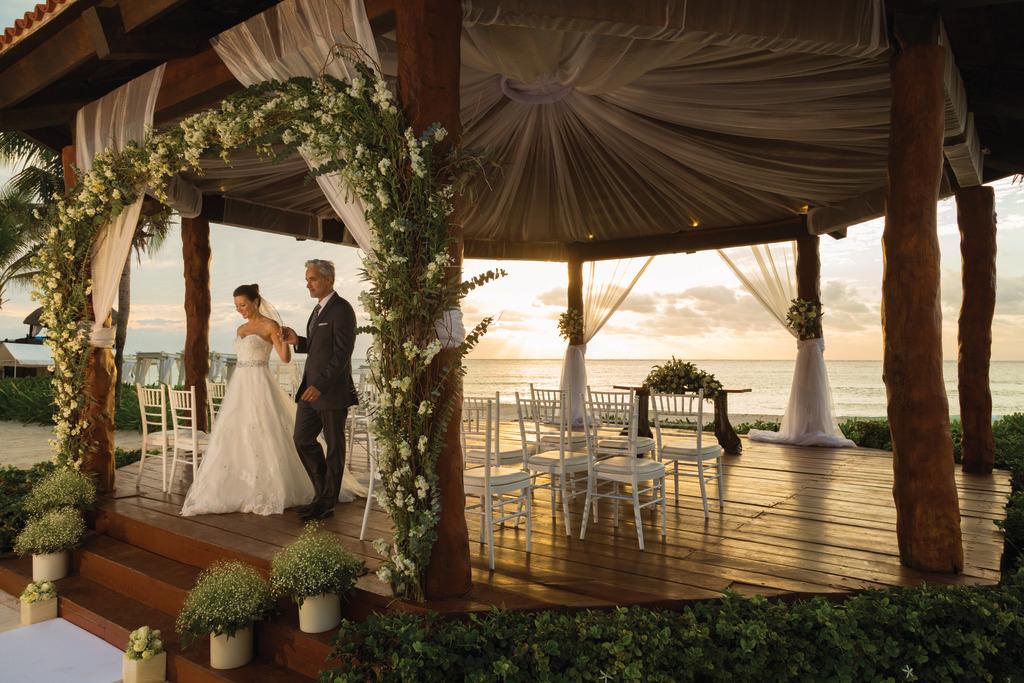 Hilton-Playa-del-Carmen-Wedding-Gazebo-Couple-9