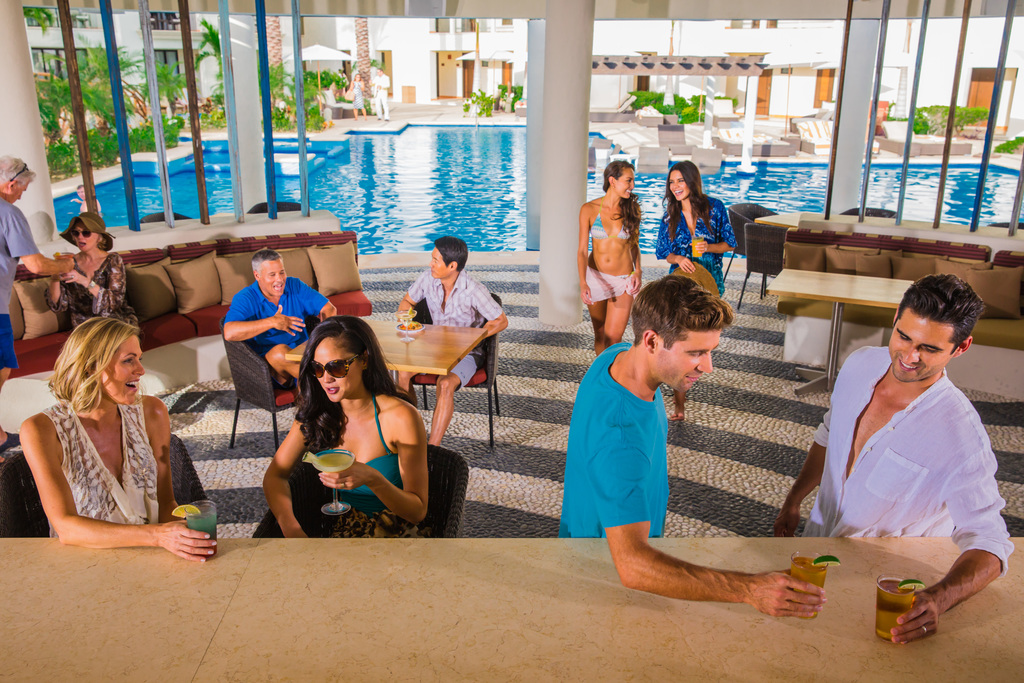 Hyatt-Ziva-Los-Cabos-Baja-Bar-People-Enjoying-Drinks