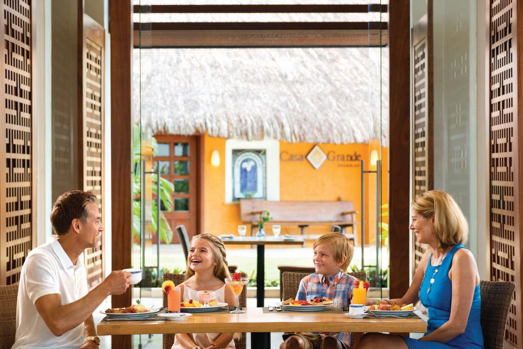 Hyatt-Ziva-Puerto-Vallarta-Vivaz-Buffet-Family