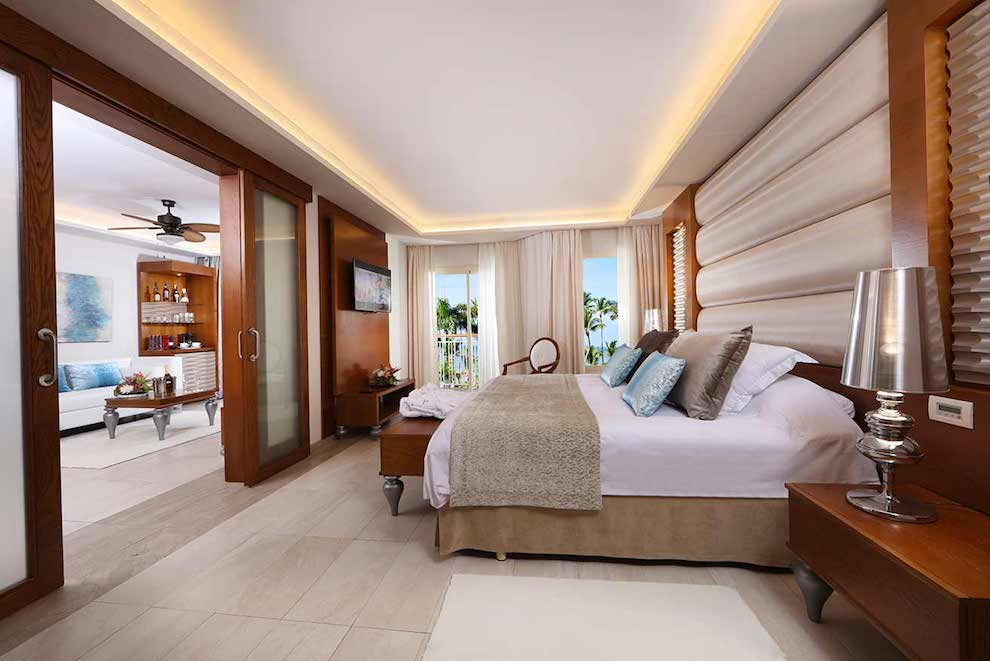 Mirage-Club-One-Bedroom-Suite-bed-lateral