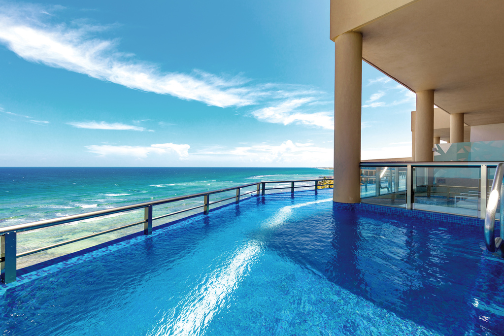 EDSS Oceanfront Infinity Pool Balcony View A