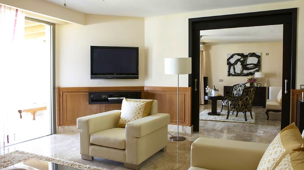 KK-EX-cancun-honeymoon-suites-with-jacuzzi-in-room-1