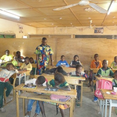 L'enseignant KINA  Mounirou au milieu des élèves