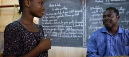Au Burkina Faso, de jeunes sourds et entendants étudient ensemble.