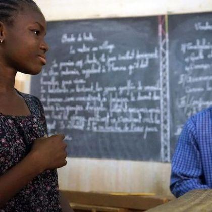 Au Burkina Faso, de jeunes sourds et entendants étudient ensemble.