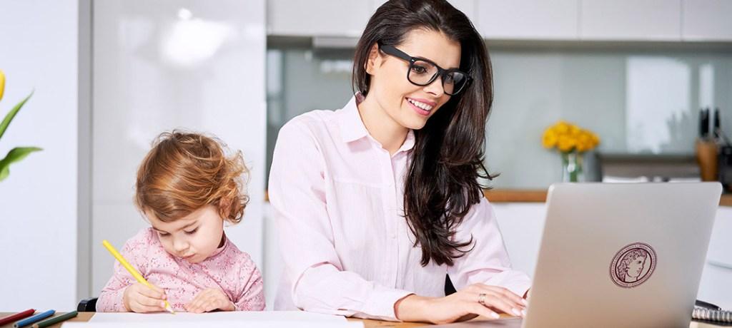 Madre estudiando en casa