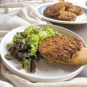 assiette avec galettes végétariennes