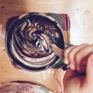 mélanger le chocolat fondu et la purée d'amande