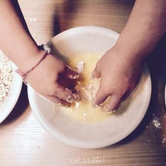 enduire le poulet du mélange d'oeuf