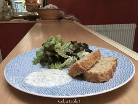 Repas du soir léger : cake, salade, sauce