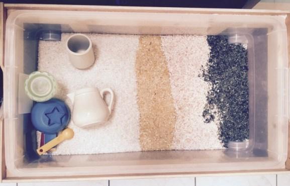 Proposition de jeu avec du riz coloré