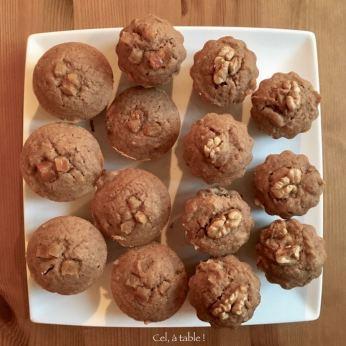 La fournée de mini-pains d'épices agrémentés de noix ou d'écorces d'orange confite