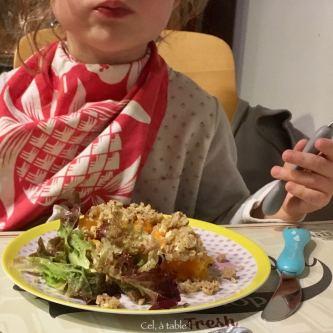A table : crumble dégusté par ma grande miss