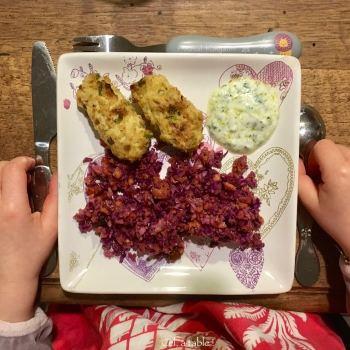 assiette d'enfant avec croquettes de chou-fleur, sauce et crudités