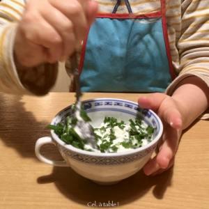 mélanger la sauce ciboulette