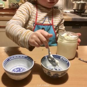 une cuillère de yaourt de brebis