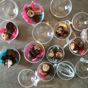 remplissage des boules transparentes avec les chocolats