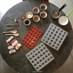 préparation du matériel pour faire des chocolat maison avant l'atelier cuisine