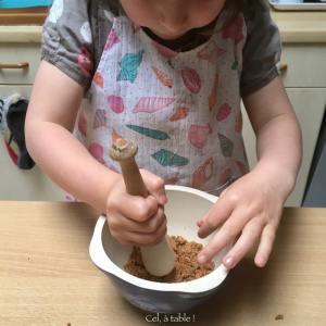 enfant qui écrase des gâteaux au pilon