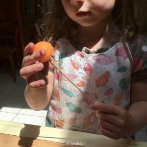piquer une bille de melon sur un pic à brochettes