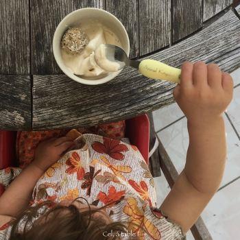 enfant mangeant une glace à la banane dans un petit bol