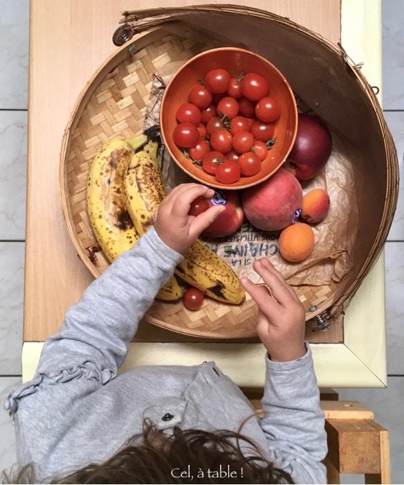 enfant et corbeille de fruits