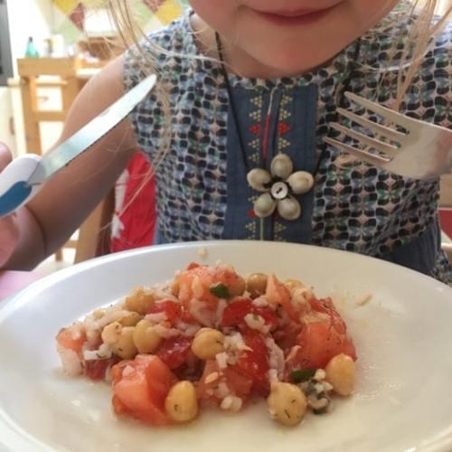 enfant qui mange une salade complète