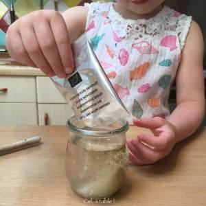 délayer la levure dans un verre d'eau tiède