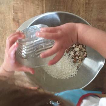 enfant qui verse de la noix de coco râpée