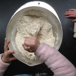 enfant qui mélange des ingrédients secs dans un saladier