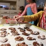 Les enfants cuisinent des mendiants au chocolat