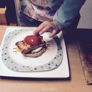 déposer une tomate dans un burger