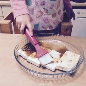 peindre les blocs de tofu avec la marinade