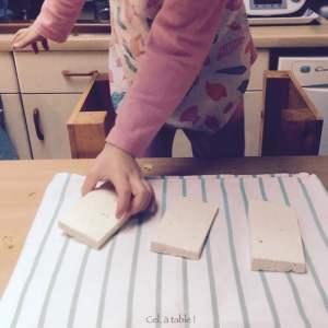 déposer des blocs de tofu sur un torchon