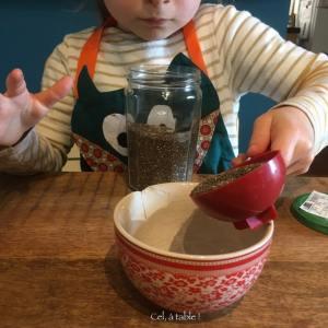 enfant qui verse des graines de chia dans un bol