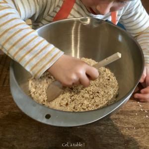 enfant qui mélange des ingrédients secs