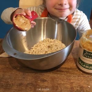 enfant qui verse de la purée de cacahuète