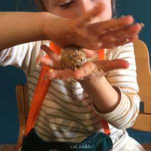 enfant qui fait une boule de pâte en faisant tourner ses deux mains