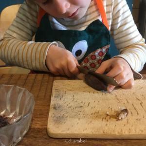 enfant qui coupe une datte