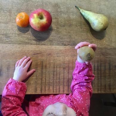 Manger un fruit pour le goûter