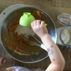 enfant qui verse de la farine