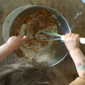 enfant qui mélange un gâteau