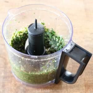 robot mixeur avec du pesto